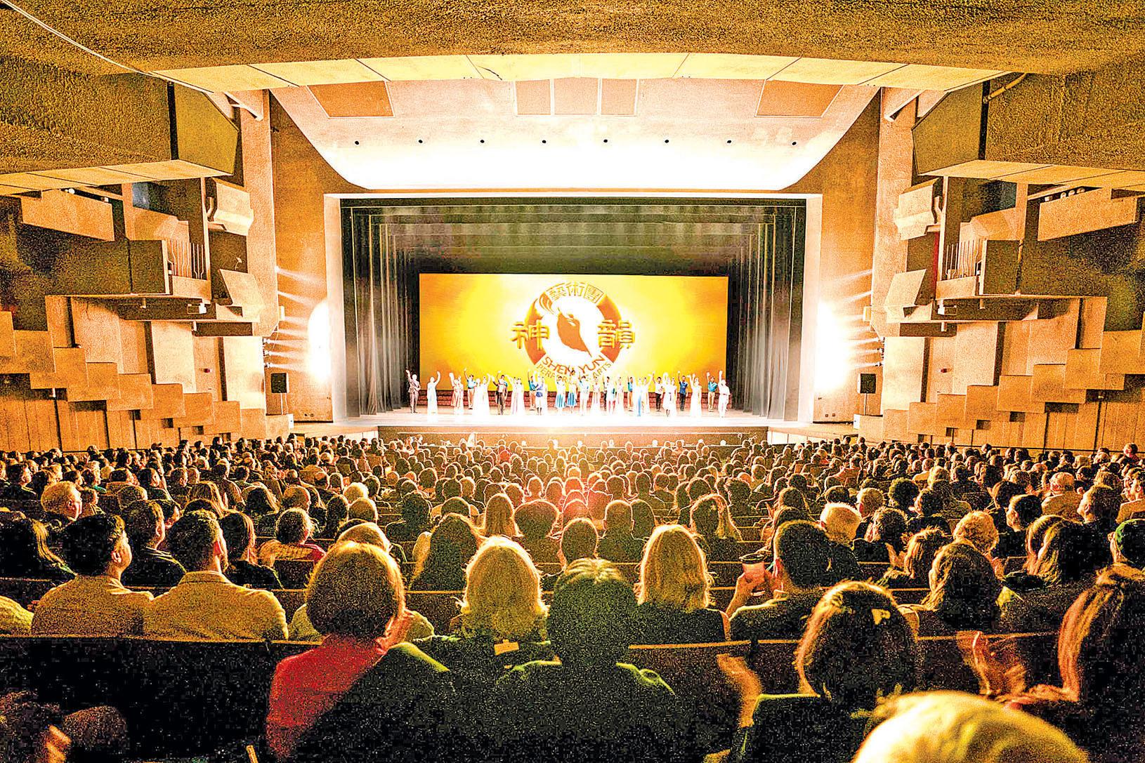 12 月 20 日晚,神韻環球藝術團在美國加州大學伯克利分校澤勒巴克館的第一場演出現場。(周容/大紀元)