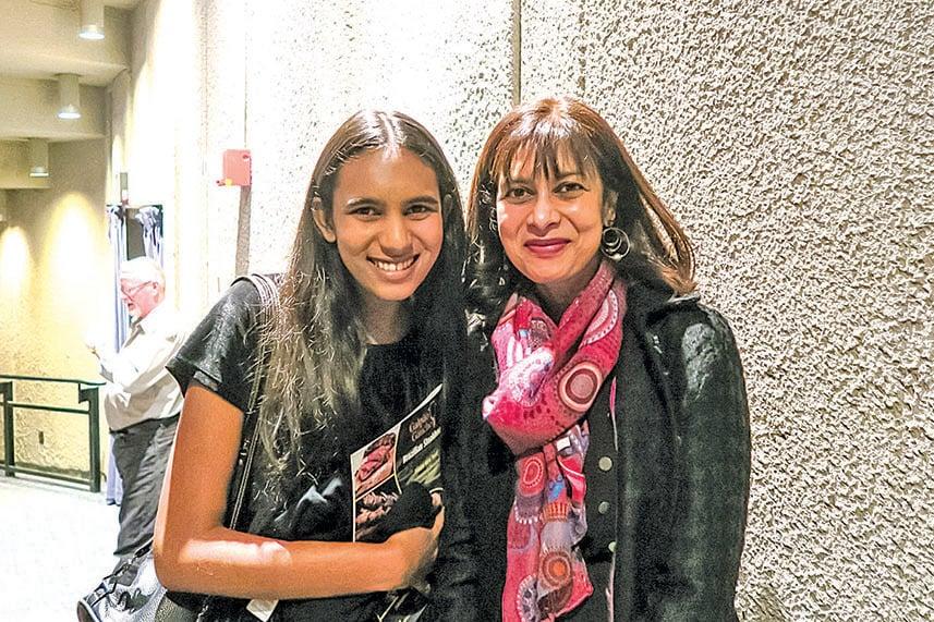 加州大學哈斯汀法學院法學教授Radhika Rao(右)與女兒。(楊少玉/大紀元)