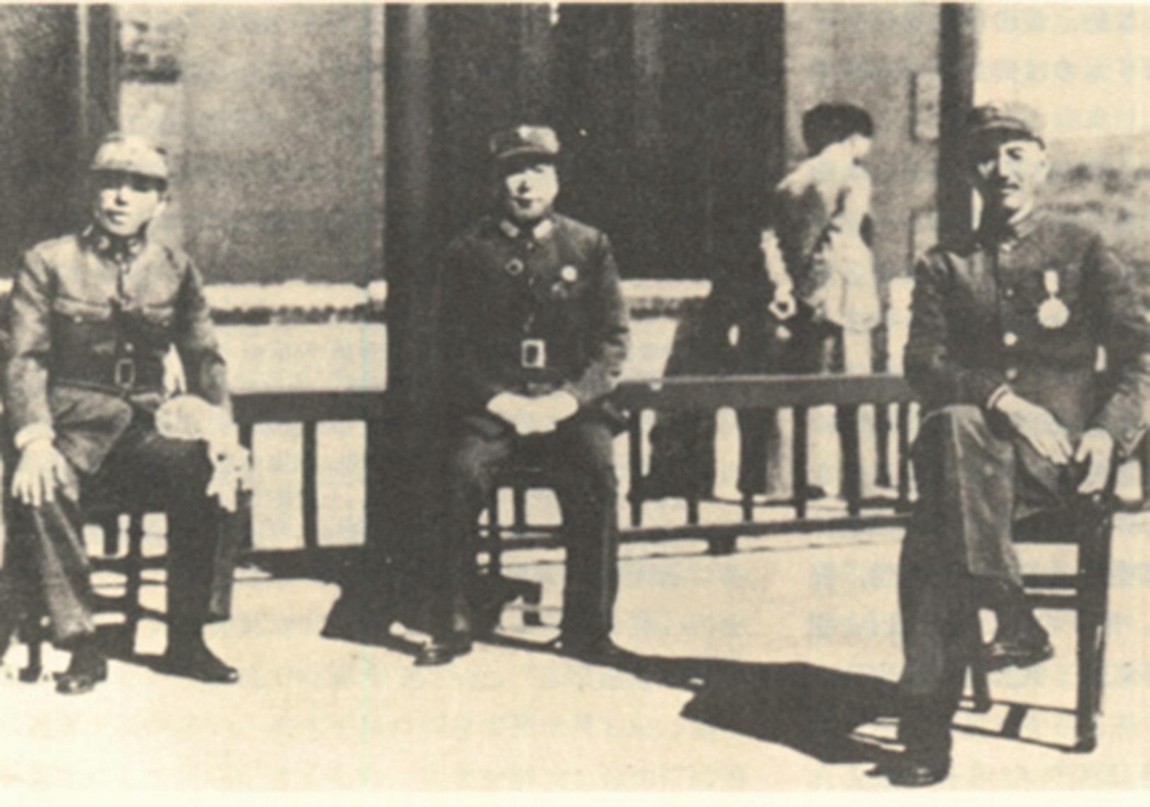 西安事變發生前,蔣介石(右)、張學良(左)及楊虎城(中)合影。(公有領域)