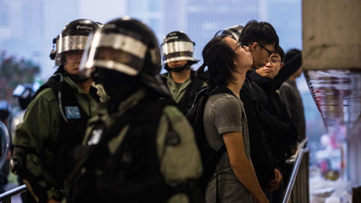 近日,警方一份內部絕密文件曝光,前線警察害怕上街落單,遭市民圍攻,要求在網上巡邏。(DALE DE LA REY/AFP via Getty Images)