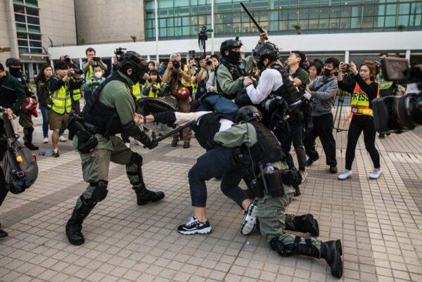12月22日,在中環愛丁堡廣場集會中,港警暴打抓捕抗爭者,激起眾怒,一度包圍港警救援抗爭者。(DALE DE LA REY/AFP via Getty Images)