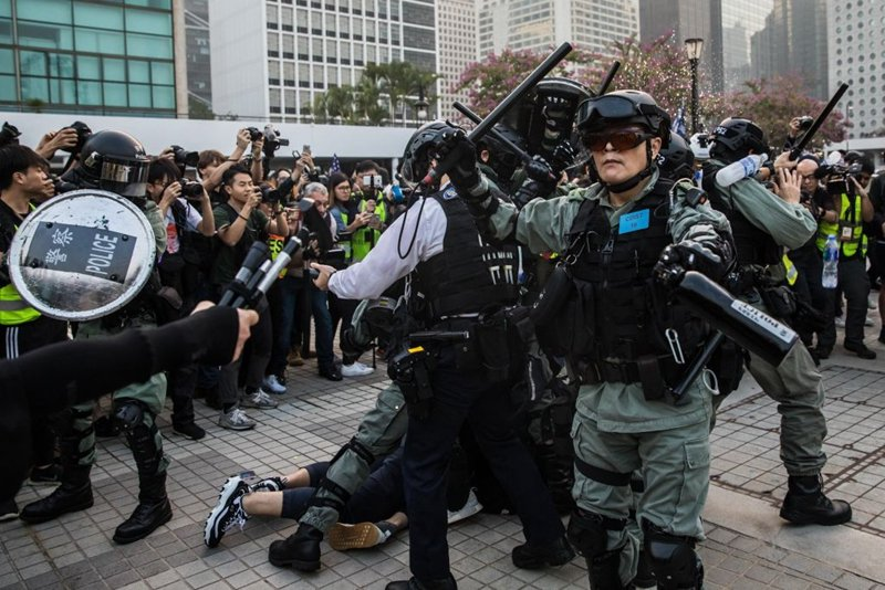 港警暴力抓人引發眾怒,民眾一度將港警包圍。(DALE DE LA REY/AFP via Getty Images)