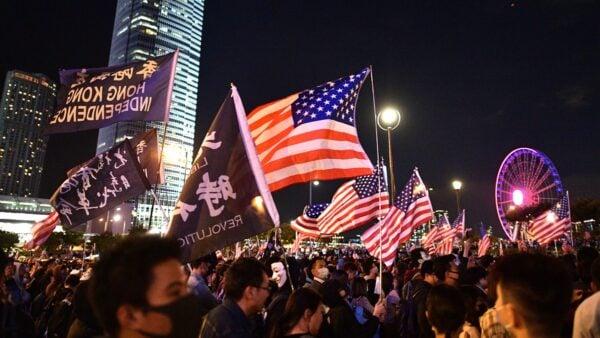 圖為11月28日晚,10萬港人在中環愛丁堡廣場聚會,促請美國制裁黑警暴行。( NICOLAS ASFOURI/AFP via Getty Images)
