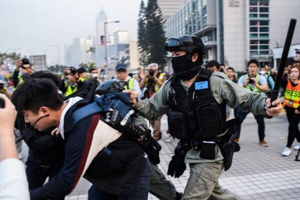 港警手持警棍暴打抗議市民。(ANTHONY WALLACE/AFP via Getty Images)