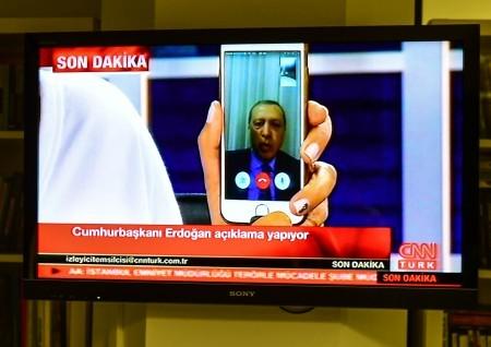 土耳其總統埃爾多安在軍事政變中、電視台被佔領下,使用蘋果手機的FaceTime與新聞頻道連線,將影像經臉書快速傳播,聚集支持者上街,iPhone救了埃爾多安成了網路熱門話題。(Burak Kara/Getty Images)