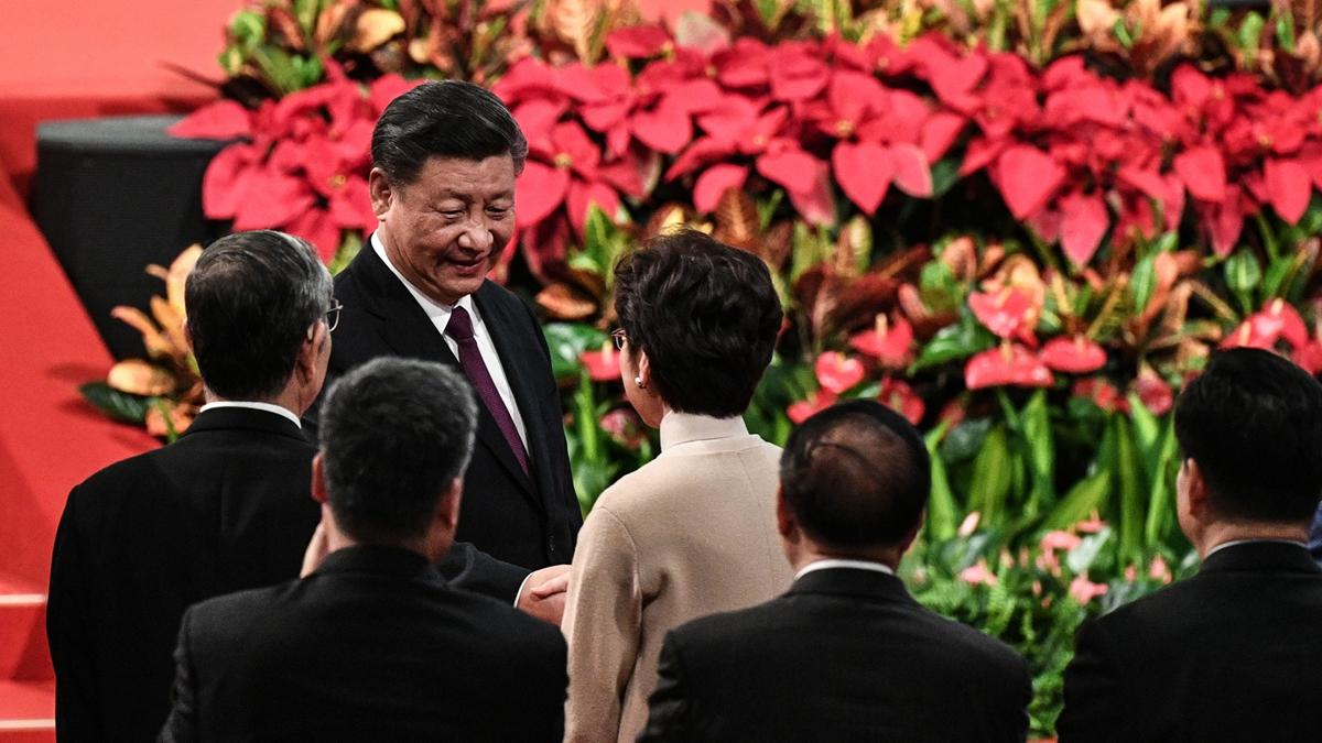 習近平日前澳門之行遭遇一系列尷尬,其中最大一件是香港特首林鄭月娥被調侃帶「勇武派」前往澳門。( PHILIP FONG/AFP via Getty Images)