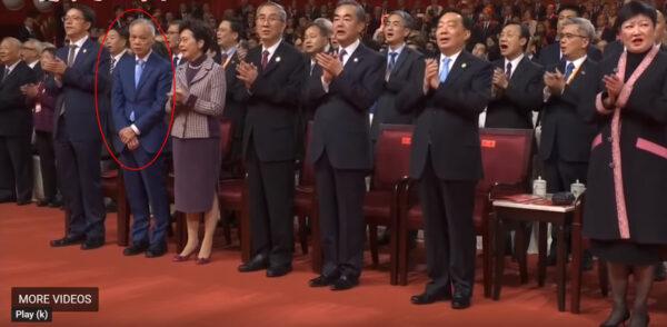 林鄭丈夫林兆波(畫紅圈者)既不唱歌也不拍手,引發廣泛關注。(圖片來源:影片截圖)