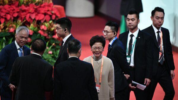 林鄭月娥被調侃帶「勇武派」前往澳門與習近平會面。(PHILIP FONG/AFP via Getty Images)