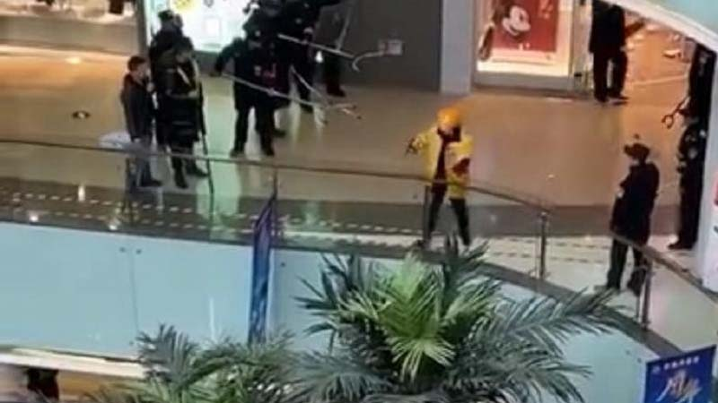 12月22日,武漢佰港城商場內一名外賣員持刀殺人後,遭警方控制。(網絡圖片)