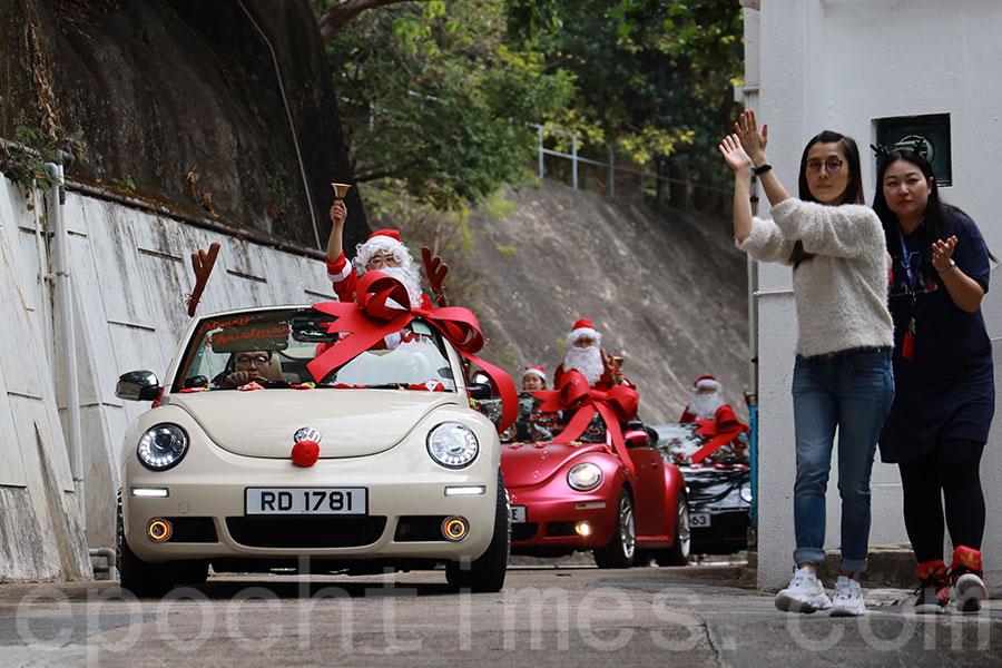 聖誕老人乘搭花車,組成巡遊隊伍來到醫院。(陳仲明/大紀元)
