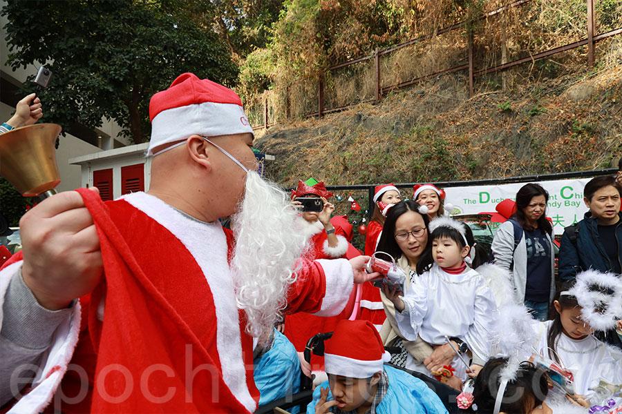 聖誕老人「從天而降」,為參與活動的兒童派發聖誕禮物。(陳仲明/大紀元)