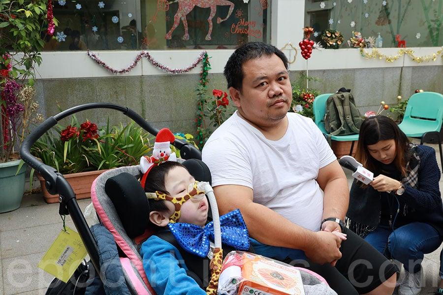 三歲真誠的父親梁先生希望他早日康復。(陳仲明/大紀元)