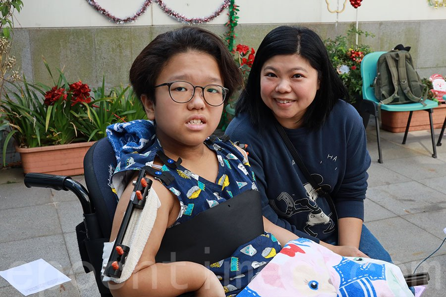 十二歲梓筠(左)最希望能夠再次回到校園和朋友們見面,能夠到遊樂場玩耍。(陳仲明/大紀元)