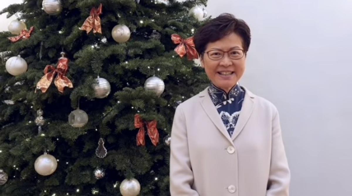 香港特首林鄭月娥12月24日晚間在臉書發佈祝賀市民聖誕快樂的段影片後,遭眾多網友留言怒罵,短影片發佈後不到4小時就累積了5000多個「怒臉」。(影片截圖)