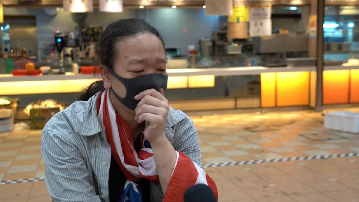 12月24日平安夜,曾在理工大學包圍戰中誓言要當抗爭者後盾的「廚房佬」在尖沙咀被捕。圖為「廚房佬」在理大受訪場景。(影片截圖)