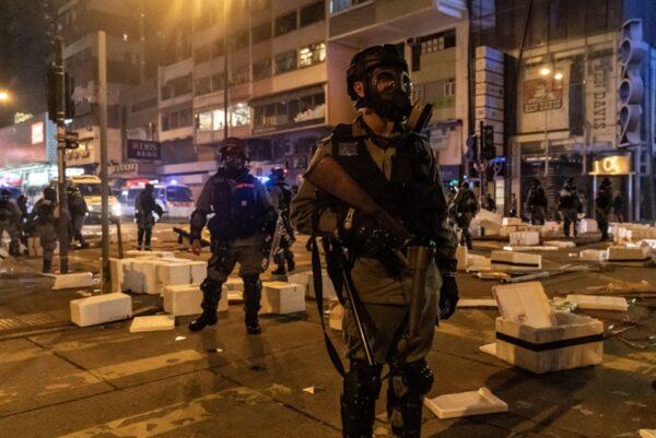 12月24日平安夜,香港警察瘋狂抓人,對市民狂射催淚彈。(Anthony Kwan/Getty Images)