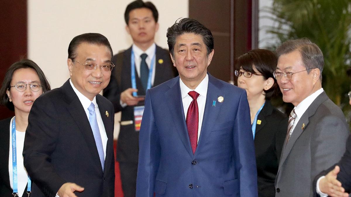 中共總理李克強與日本首相安倍晉三、南韓總統文在寅,在成都舉行峰會。(Jiji Press/AFP via Getty Images)