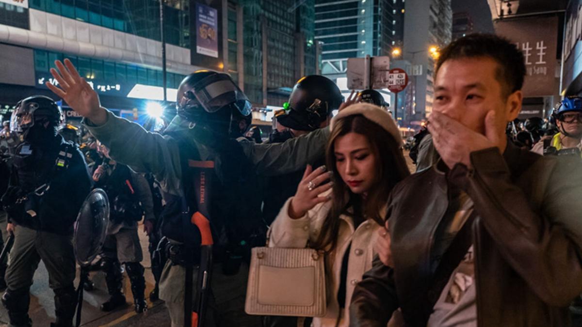12月25日聖誕節,港警在路上瘋狂抓人,並驅趕市民。(Anthony Kwan/Getty Images)