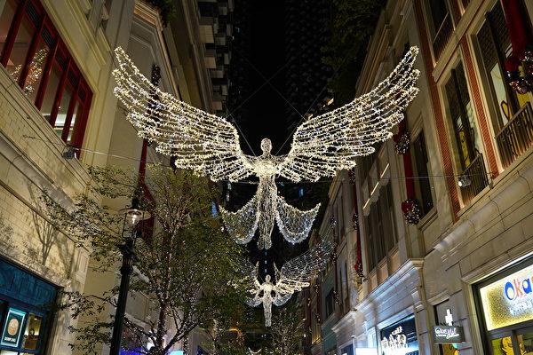 反送中運動下迎來了聖誕節,圖為灣仔利東街的聖誕裝飾。(陳仲明 / 大紀元)