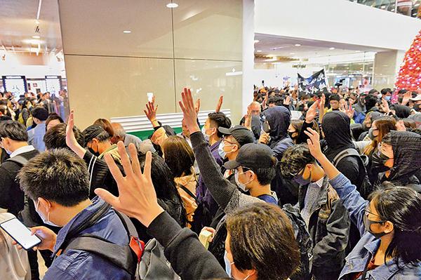 大批市民在尖沙咀海港城行街,高舉右手表達「五大訴求 缺一不可」。( 宋碧龍/大紀元)