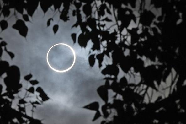 12月26日,亞洲地區出現日環食的天象。此圖攝於印度南部城鎮丁迪古爾(Dindigul)。(AFP)