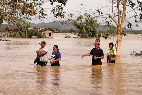 颱風巴逢橫掃菲律賓 已知至少十六死 萬人撤離