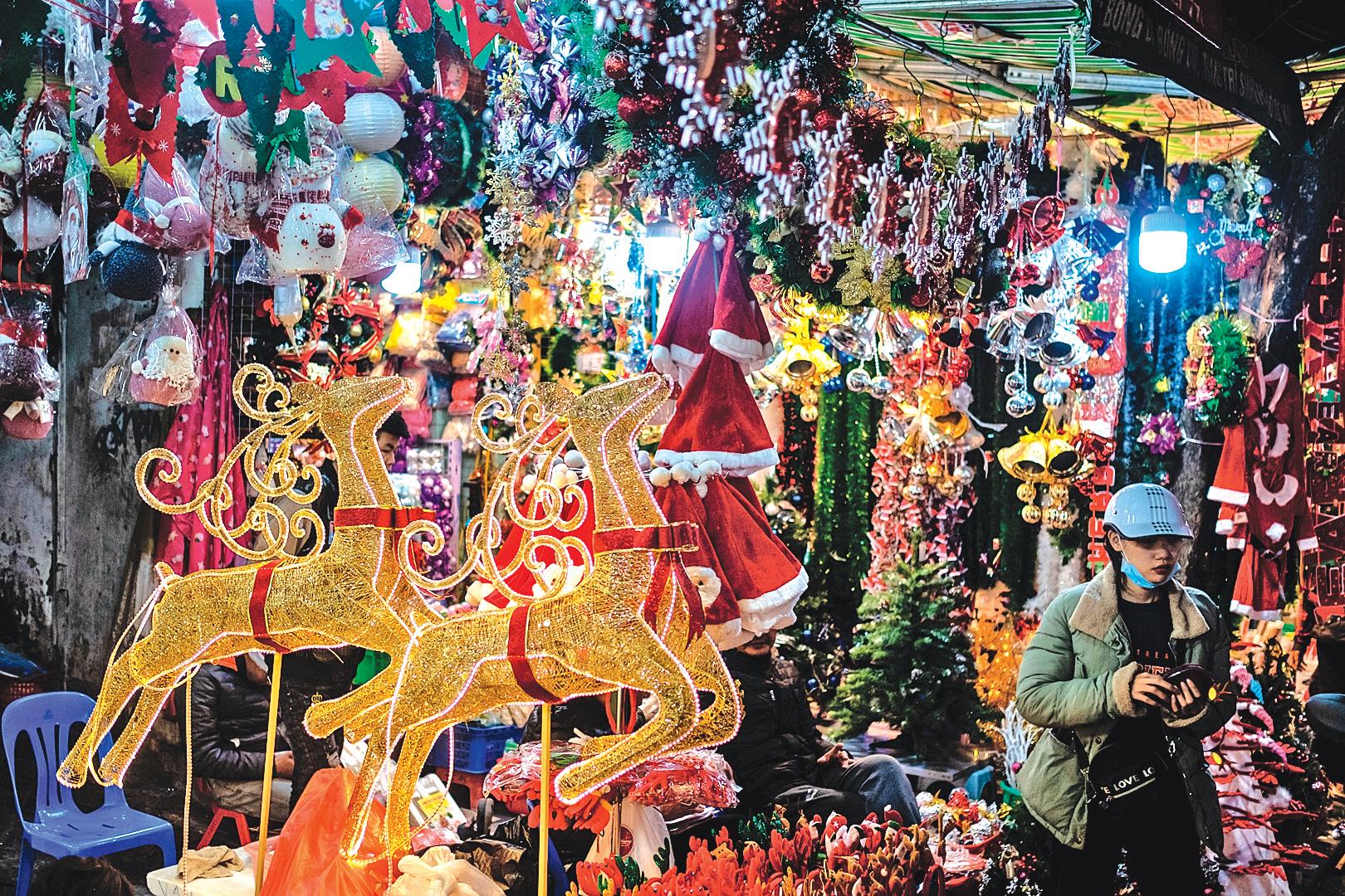 2019 年12月21日,越南河內商場內的聖誕裝飾物。(Getty Images)