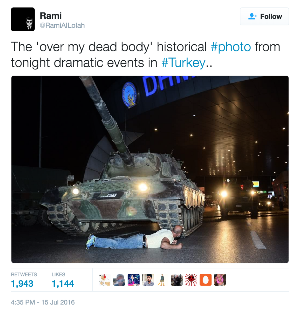 推特用戶@RamiAILoIah寫道:「來自土耳其今晚戲劇性事件的『除非踩過我屍體』歷史性照片。」推文附上圖片。(推特擷圖)