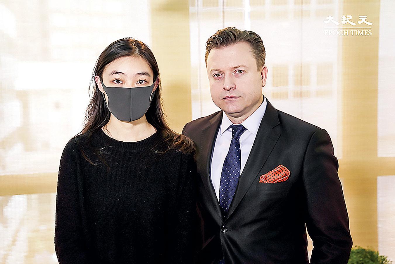 大專學界國際事務代表團發言人邵嵐(左)與楊傑凱合照。(大紀元)