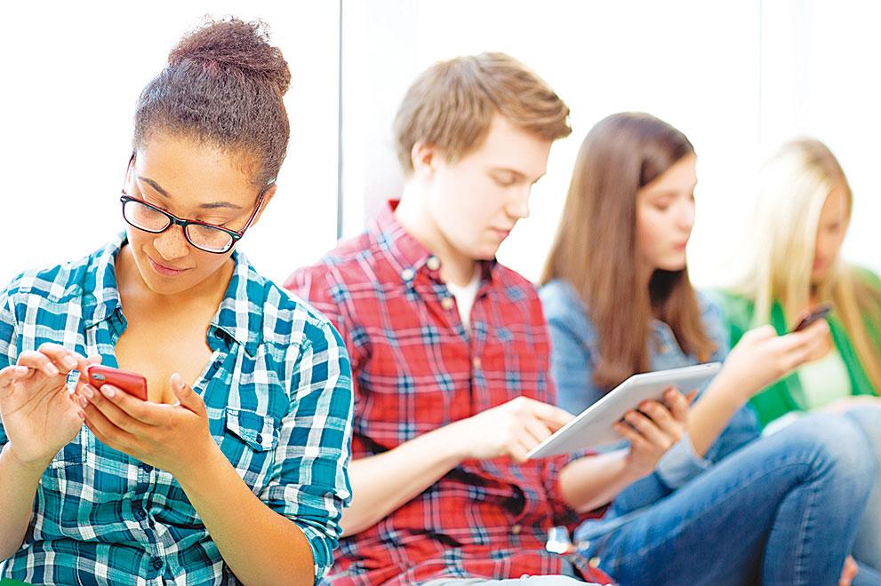 過度沉迷於電腦、手機等電子產品易患骨質疏鬆。(shutterstock)