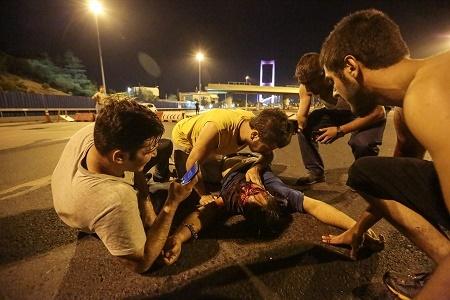 土耳其周五(7月15日)發生軍事政變,過程中爆發衝突。土耳其媒體引述檢方的話稱,首都安卡拉有數十人死亡,此外,伊斯坦堡也有死傷。圖為伊斯坦堡1名傷勢嚴重的人躺在地上。(Gokhan Tan/Getty Images)