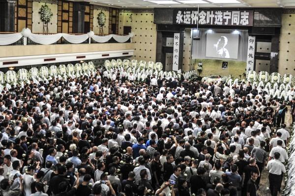 7月14日,中共太子黨「大佬」葉選寧告別儀式在廣州舉行。中共高層三代領導人均致送花圈,親到現場的各路人馬和親朋多達數千人,規格已超過一些去世的中共領導人。(大紀元資料室)