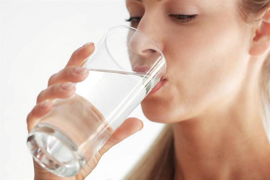 許多人不相信喝水太少會影響他們的健康或造成嚴重的健康後果。但是,老年人由於年齡相關的生理變化、藥物副作用或兩者兼而有之,更容易受到飲水過少的影響。(shutterstock)
