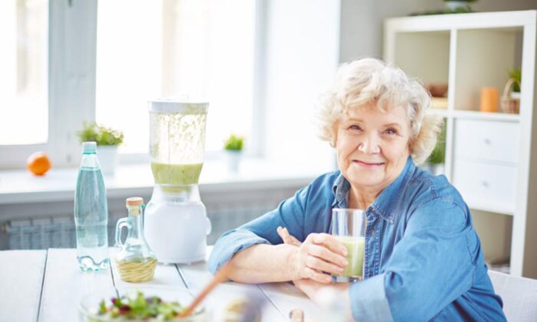 保持液體攝入量不應該是一件苦差事,只需要多喝點你喜歡的飲品就可以了。一個常見的誤區是必須喝水,但其實茶、咖啡和果汁也都可以。(Pressmaster/Shutterstock)
