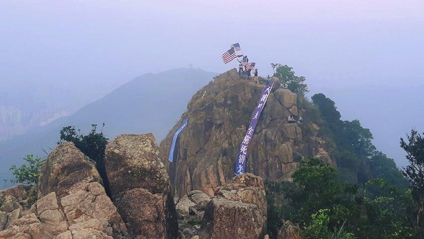 2019年9月27日清晨,有港人在獅子山頂打出兩條巨型橫幅,上面寫有「中共亡黨滅國」「天滅中共」等字樣。(「香港自治行動」臉書圖片)