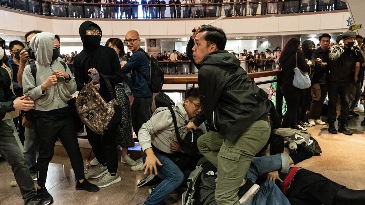 圖為12月24日香港便衣警在商場內抓捕抗爭者(示意圖)。(Anthony Kwan/Getty Images)
