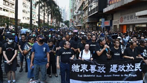 圖為10月1日香港遊行現場。(ANTHONY WALLACE/AFP/Getty Images)
