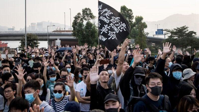 民主派在區選中大翻盤以及美國通過香港人權法案,令香港前景重現曙光。(Chris McGrath/Getty Images)