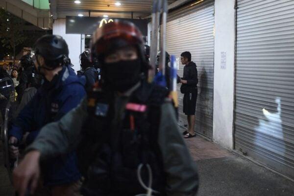 隨著港警暴力升級,令不少港人對政府及警隊失去信心,被逼選擇移民。(PHILIP FONG/AFP via Getty Images)