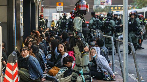 11月18日,港警四處抓人,大批民眾被逮捕。(DALE DE LA REY/AFP via Getty Images)
