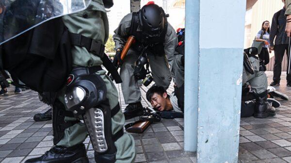 11月11日,港警闖入多所大學抓捕學生。(Billy H.C. Kwok/Getty Images)