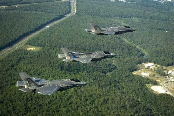 三種型號的F-35列隊飛行,從上到下分別是F-35A、F-35B和F-35C。(維基百科)