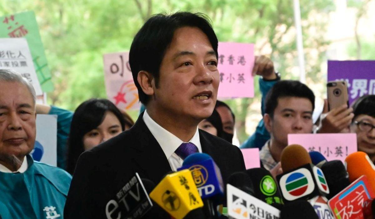 中華民國前行政院院長賴清德(中)2019年11月19日在台北中央選舉委員會外登記為副總統候選人後發表講話。(SAM YEH/AFP via Getty Images)