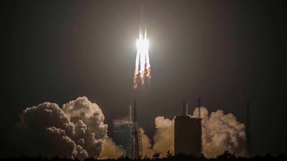 中共長征五號運載火箭12月27日晚進行第三次發射。(STR/AFP via Getty Images)