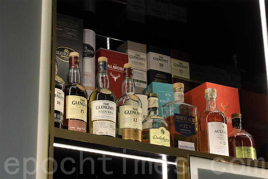 Prime House內陳列的各種威士忌酒。(陳仲明/大紀元)