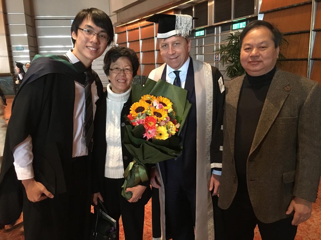 Derek的畢業照,一家人與校長馬斐森(右二)合照。(受訪者提供)