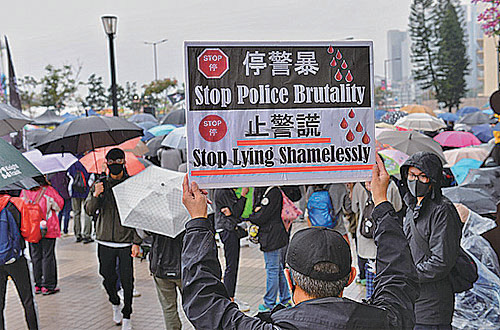 市民除在「連儂布」寫上「解散警隊,刻不容緩」外,還自製抗議警方過度使用暴力及屢屢說謊的標語牌。(宋碧龍/大紀元)