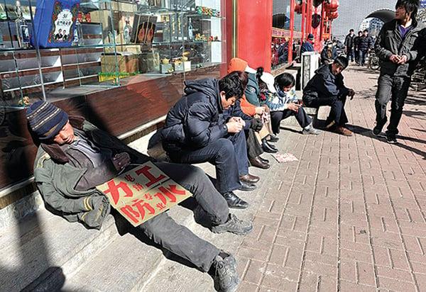 中國大陸失業率估計超15%。圖為街頭尋找工作的農民工。(Getty Images)