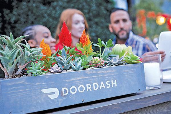 2019年5月8日,洛杉磯一個夜市上的DoorDash攤位。(AFP)