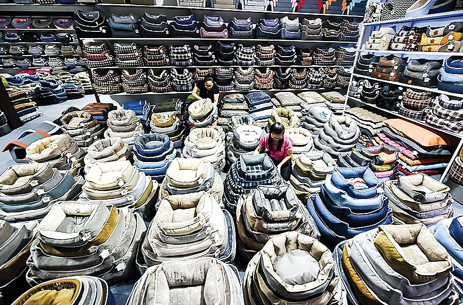 「世界工廠」中國的生產成本越來越高。中美貿易戰最終或是,重置供應鏈以支持美國製造業。圖為中國山東省一家寵物床出口加工廠。(AFP)
